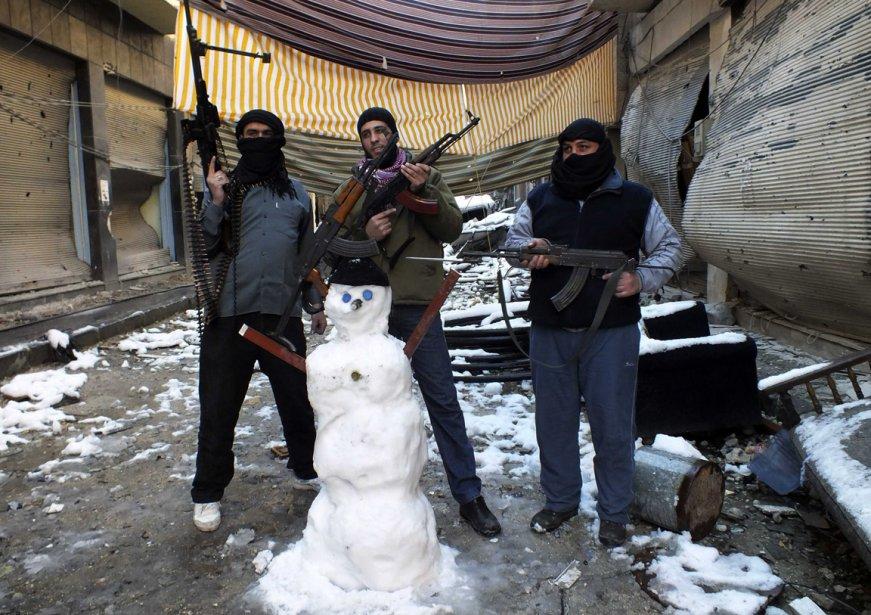 Moment de repos pour ces rebelles syriens suite à une tempête de neige à Homs en Syrie. | 11 janvier 2013