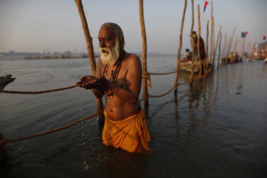 Dévots indiens dans les eaux du Ganges à la veille du festival de
