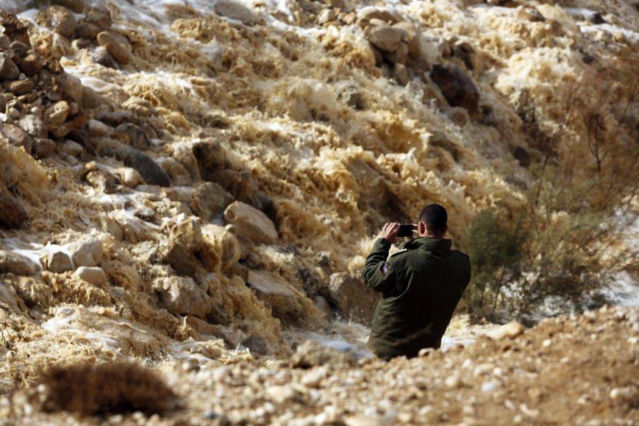 Un soldat Israelien prend une photo de la crue d'une rivière dans le désert de Negev | 11 janvier 2013