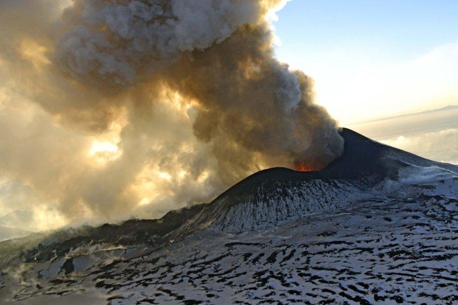 Éruption du volcan Plosky Tolbachnik sur la péninsule du Kamtchkta en Russie.  Il s'agit de la première Éruption de ce volcan en 41 ans. | 11 janvier 2013