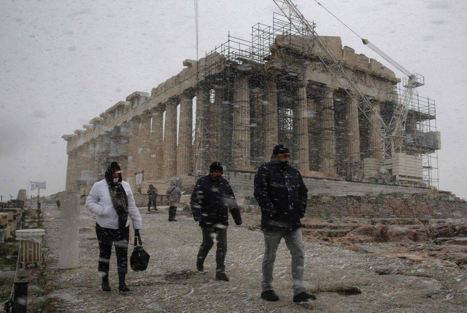 Des touristes bravent le froid et la neige près de l'Acropole à Athènes. | 11 janvier 2013