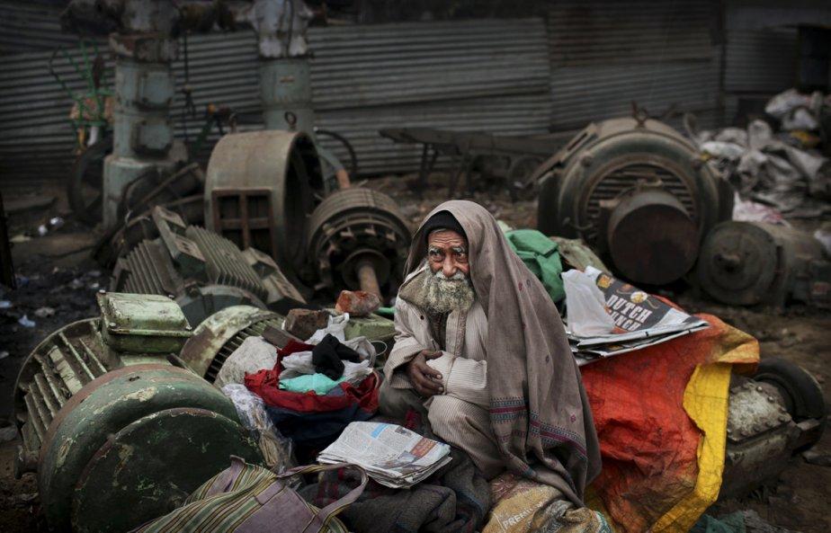 Un homme se protège du froid à New Delhi en Inde. | 11 janvier 2013