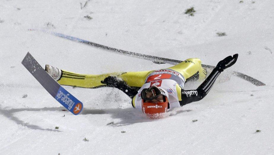 Dur atterrissage pour l'allemand Andreas Wellinger lors de la compétition de saut à skis de Bischofshofen en Autriche | 11 janvier 2013