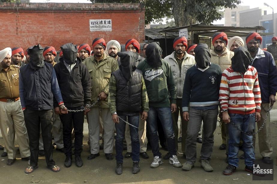 Des policiers ont arrêté six suspects (qui apparaissent... (Photo: AP)