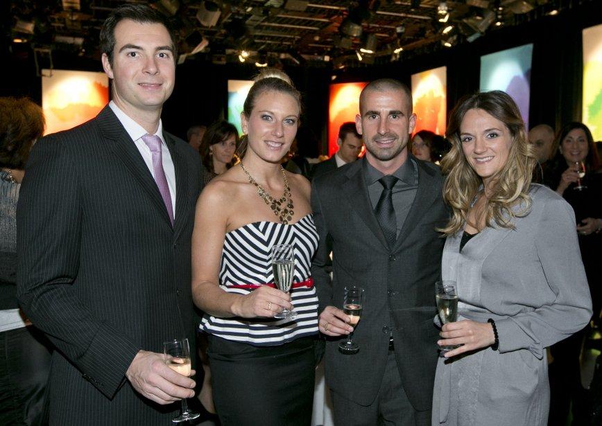 Émilie Heymans, gagnante dans la catégorie Sports, avec, à gauche, son ami Christian Bernier et, à droite, Benoit Huot et Annie Couture. | 14 janvier 2013
