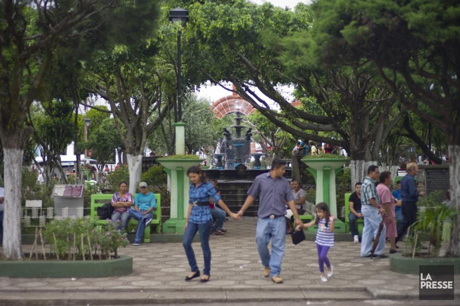Chaque village du Salvador est construit autour de sa place publique où les gens vont lire, flâner et passer du temps en famille. (Photo David Boily, La Presse)