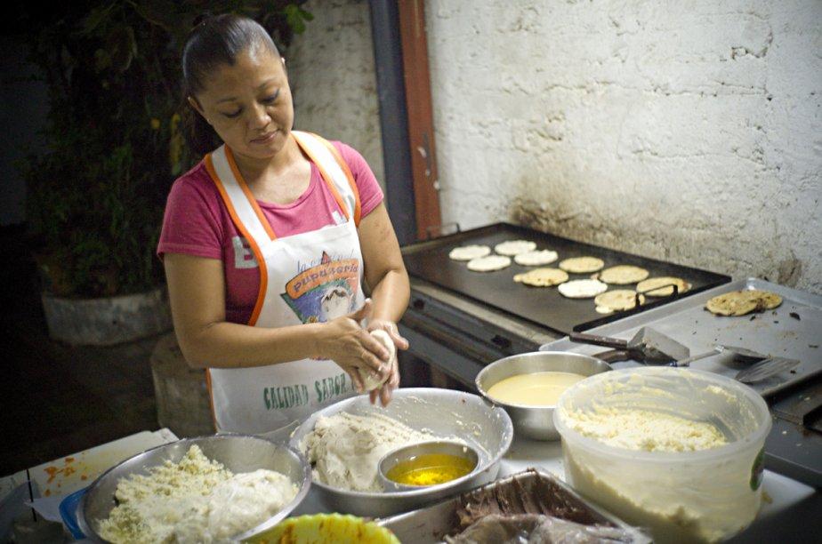 Une dame prépare le mets traditionnel du Salvador, les pupusas chez La Olguita un petit restaurant de la ville de d'Ahuachapán. (Photo: David Boily, La Presse)