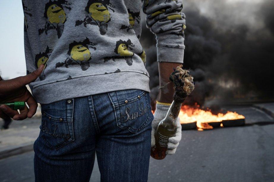 Un manifestant chiite tient un cocktail Molotov lors d'affrontements avec... | 2013-01-14 00:00:00.000