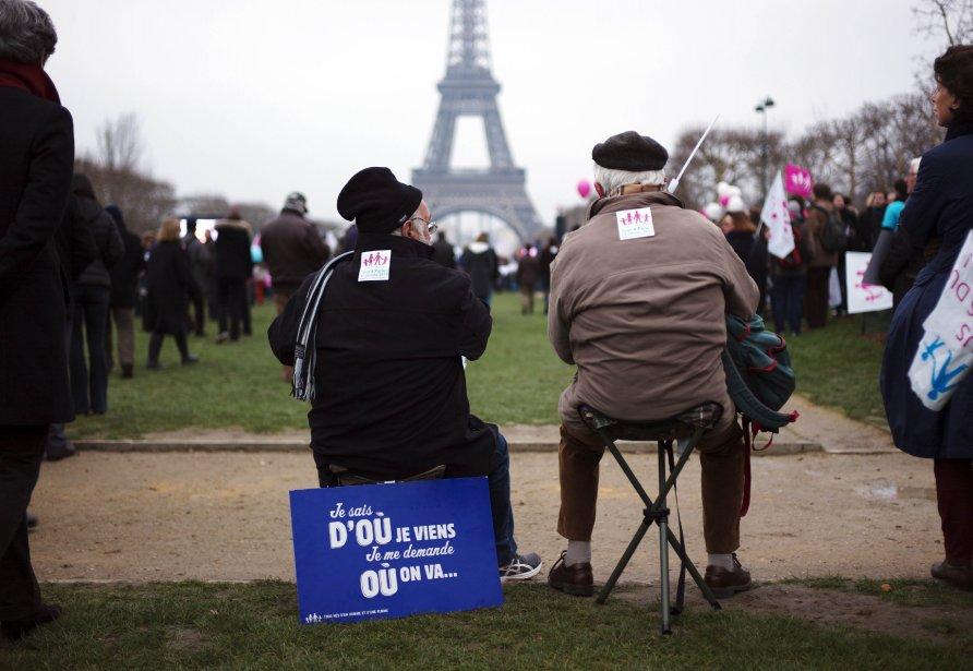 Deux hommes lors d'une manifestation contre le mariage homosexuel sur le Champs-de-Mars, à Paris. | 14 janvier 2013