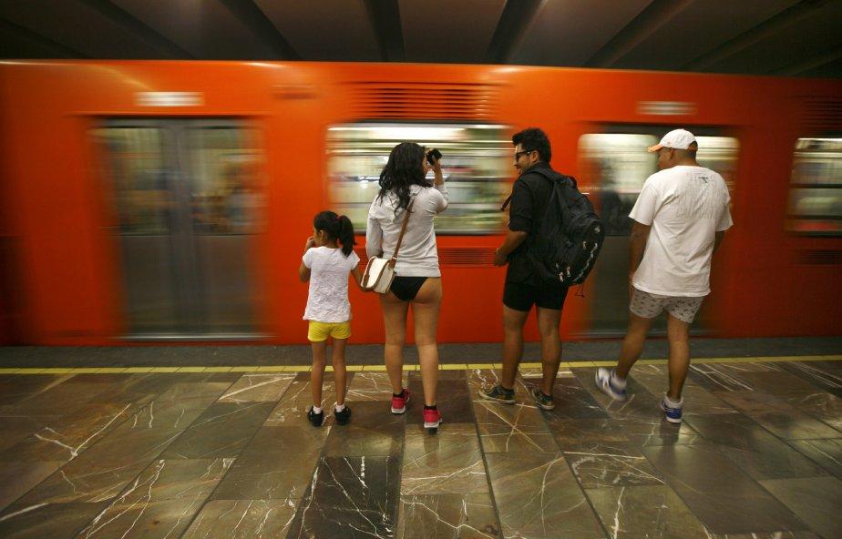 Lancé à en 2002 à New York, le mouvement «No Pants Subway Ride» (en métro sans pantalon) a essaimé un peu partout dans les grandes capitales du monde. Ici, des participants attendent le métro à Mexico, le dimanche 13 janvier. | 14 janvier 2013