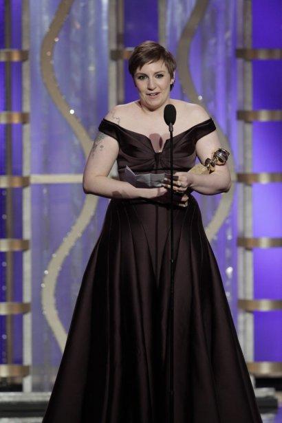 Pendant que la chaîne HBO diffusait le premier épisode de la deuxième saison de «Girls», hier soir, la scénariste, réalisatrice et actrice Lena Dunham était sur le tapis rouge du Beverly Hilton Hotel de Los Angeles. Honnête comme toujours, la jeune femme de 26 ans se disait que sa robe bustier brune était inconfortable. | 14 janvier 2013