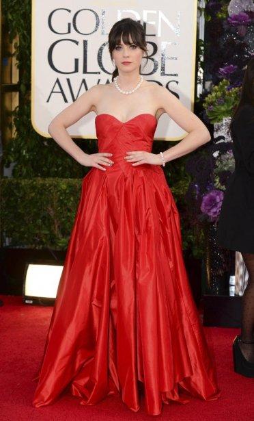 En nomination pour son rôle dans la sitcom «New Girl», Zooey Deschanel était particulièrement élégante et chic dans sa robe bustier rouge Oscar de la Renta assortie d'un collier de perles. Un look hollywoodien élégant très classique. | 14 janvier 2013