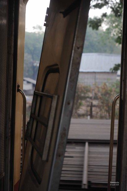 Une porte extérieure près du wagon restaurant a partiellement lâché prise pendant la nuit. (Claude Gill)