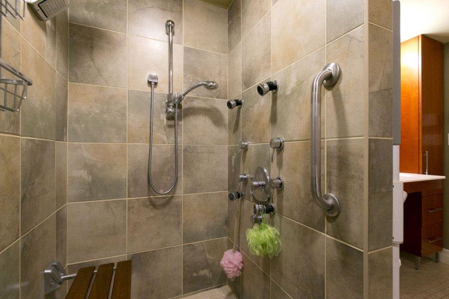 Perte de mobilit plein contr le dans la douche carole thibaudeau maisons - Douche autobronzante paris 15 ...