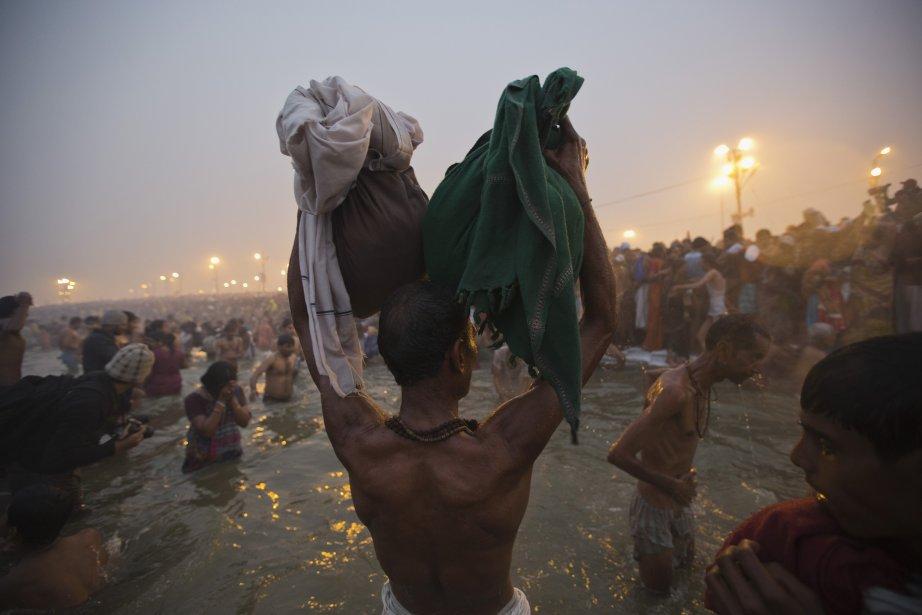 Un dévot hindou assiste au «Shahi Snan» (grand bain) au festival Kumbh Mela, dans la ville indienne d'Allahabad. | 15 janvier 2013