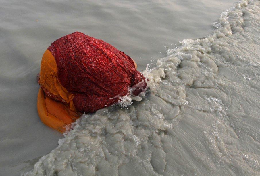 Une hindoue prend un bain au confluent du Gange et de la baie du Bengale, à l'île de Sagar, au sud de Calcutta. Les moines et pèlerins hindous font un voyage annuel à l'île de Sagar pour le festival Makar Sankranti, qui ne dure qu'une journée. | 15 janvier 2013