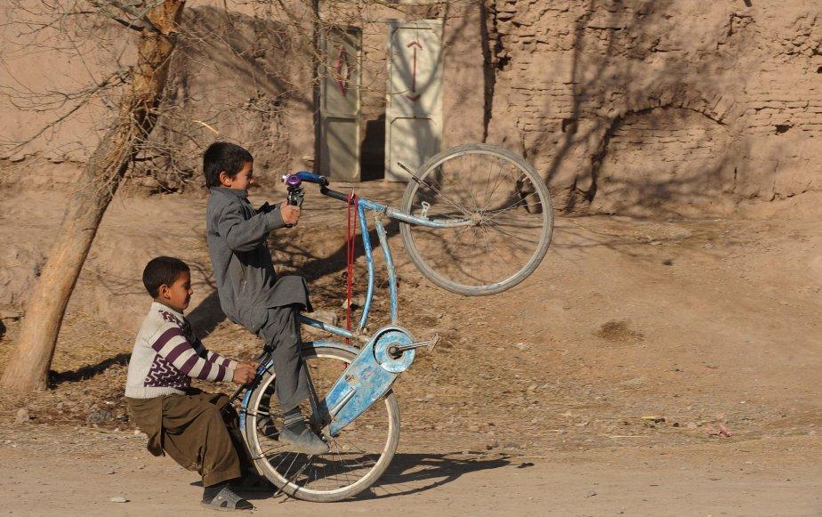 Deux enfants afghans jouent dans une rue d'Herat. | 15 janvier 2013