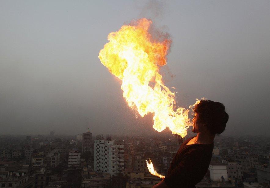 Un cracheur de feu fête le Poush Sankranti dans le Vieux-Dhaka, au Bangladesh. Poush Sankranti, qui marque le début de la saison des récoltes, est célébré surtout par les hindous. | 15 janvier 2013
