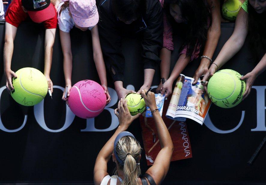 La Russe Maria Sharapova signe des autographes après avoir battu sa compatriote Olga Puchkova à l'Open d'Australie, à Melbourne. | 15 janvier 2013