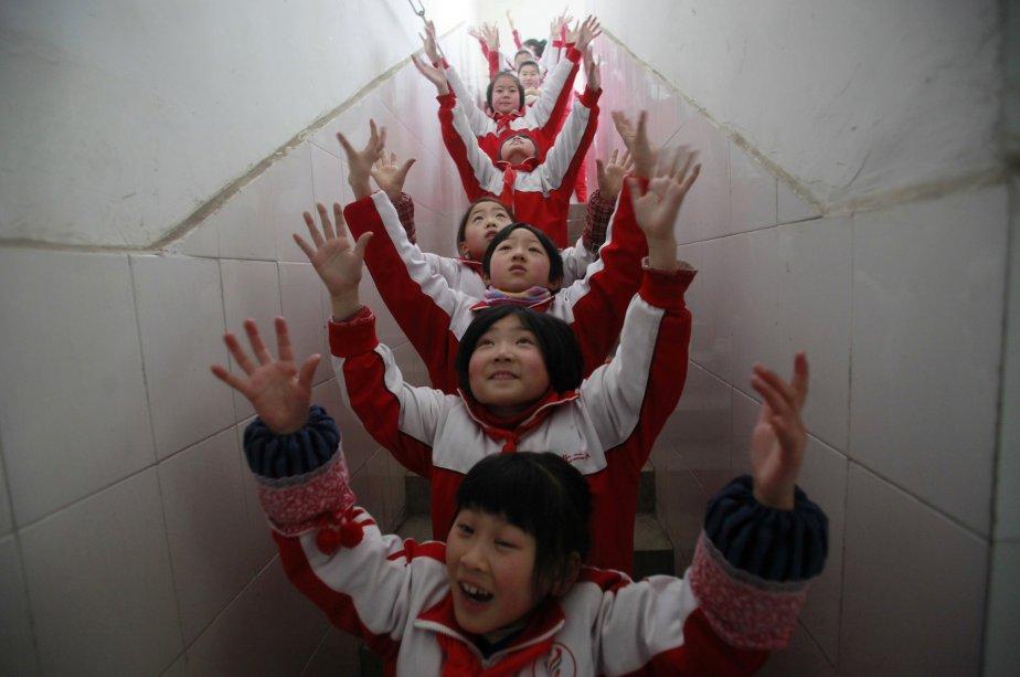 Des élèves font de l'exercice dans une école de Jinan, province du Shandong, en Chine. Un épais brouillard a couvert la région, à tel point qu'on a conseillé aux habitants d'éviter de sortir parce que l'air était trop pollué, selon l'agence de nouvelles Xinhua. | 15 janvier 2013
