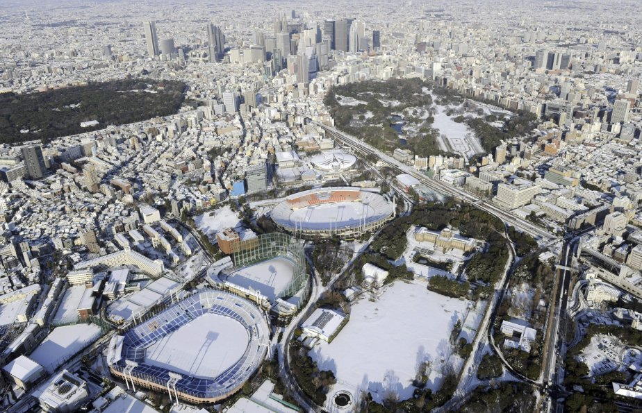 Les importantes chutes de neige le 14 janvier dans l'est du Japon ont fait au moins deux morts et 1569 blessés, essentiellement en raison de dérapages incontrôlés de véhicules et de glissades. Dans la région de Tokyo, de nombreux automobilistes et piétons, peu habitués à un temps aussi exécrable, ont été pris au piège par ces très fortes chutes de neige. Quelque 3400 voyageurs ont pour leur part dû passer la nuit à l'aéroport international Narita, 71 vols étant annulés. | 15 janvier 2013