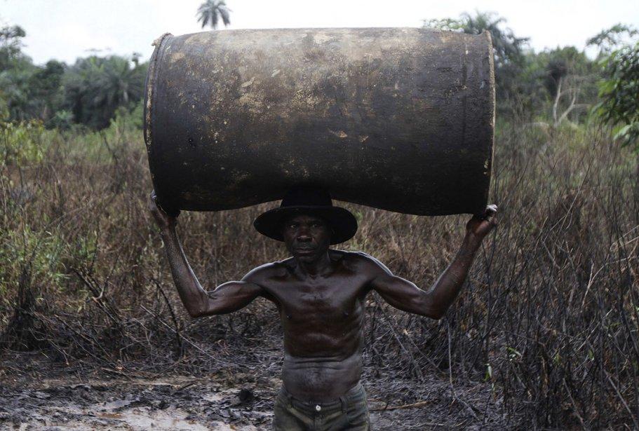 Ebiowei, 48 ans, transporte un baril vide près sur le... | 2013-01-15 00:00:00.000