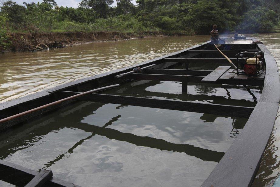 Cargaison volatile pour ce simple bateau de bois. | 15 janvier 2013