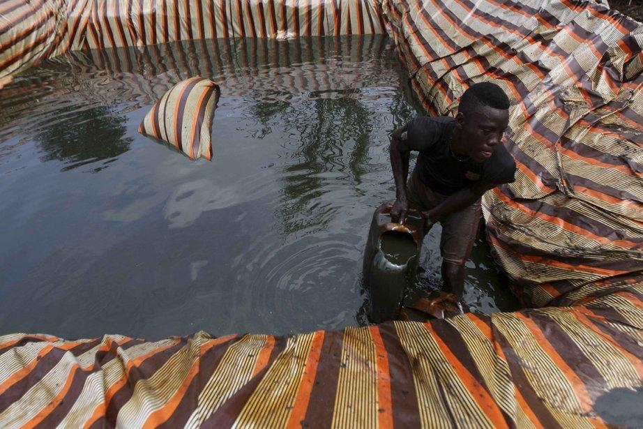 Les deux pieds dans le pétrole, Godwill écume l'or noir sur le site d'une fuite. | 15 janvier 2013