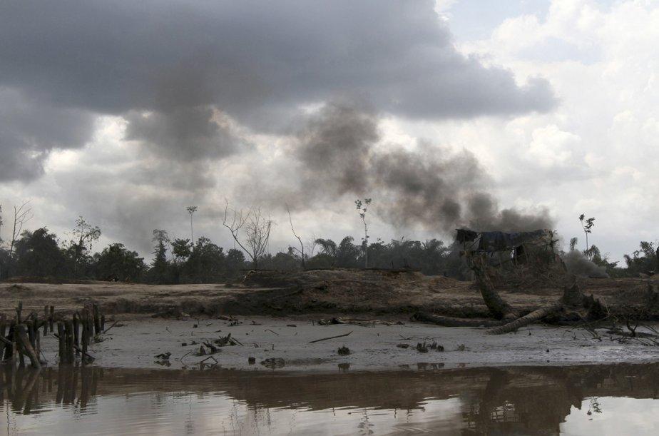 La fumée s'élève au-dessus d'une raffinerie illégale | 15 janvier 2013