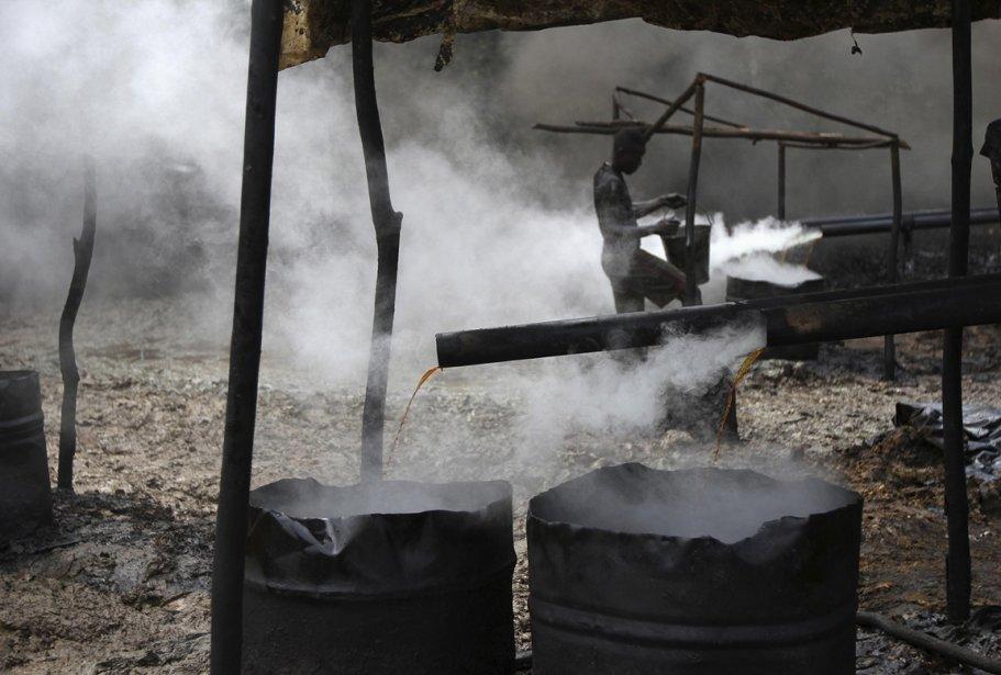 La vapeur s'échappe de tuyaux déversant l'huile dans des contenants abimés | 15 janvier 2013