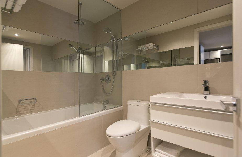 Deux portes (dans la chambre et dans le couloir) donnent accès à la salle de bains, de style contemporain. | 15 janvier 2013
