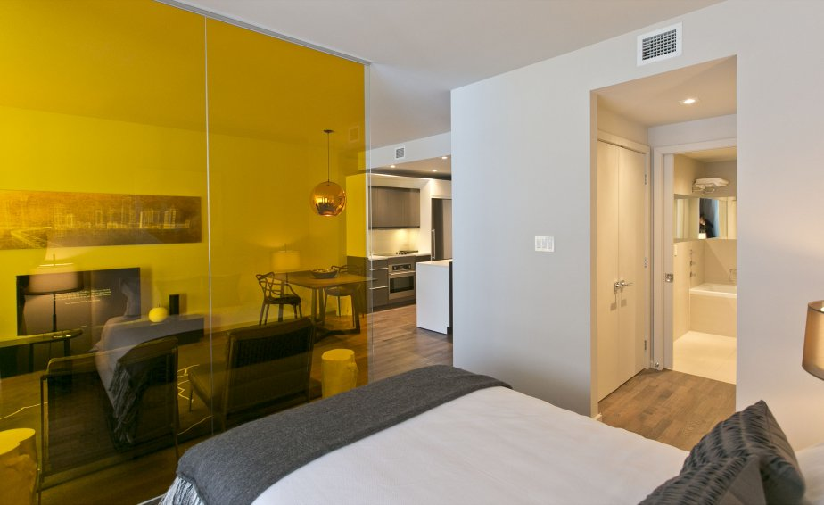 Si désiré, une cloison de verre peut séparer la chambre et le salon. Davantage de lumière pénétrera ainsi dans l'appartement. | 15 janvier 2013