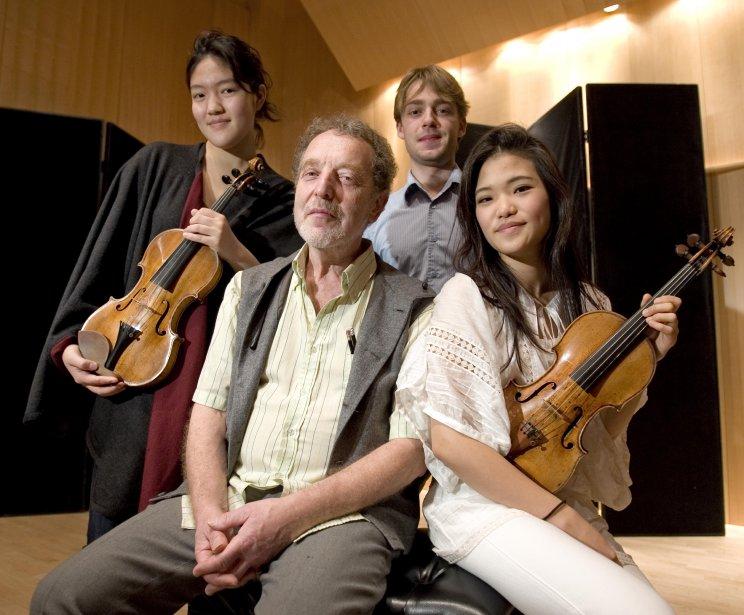 Les trois gagnants des Jeunesses musicales en 2007 : Jinjoo Cho (à gauche), Marcus Tanneberger (debout en arrière) et Ye-Eun Choi (à droite), en compagnie de Yuli Turovsky. (Photo: Alain Roberge, archives La Presse)
