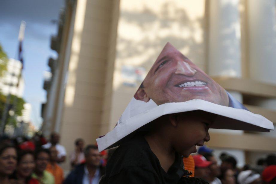 Un partisan d'Hugo Chavez a transformé en chapeau un portrait... | 2013-01-16 00:00:00.000