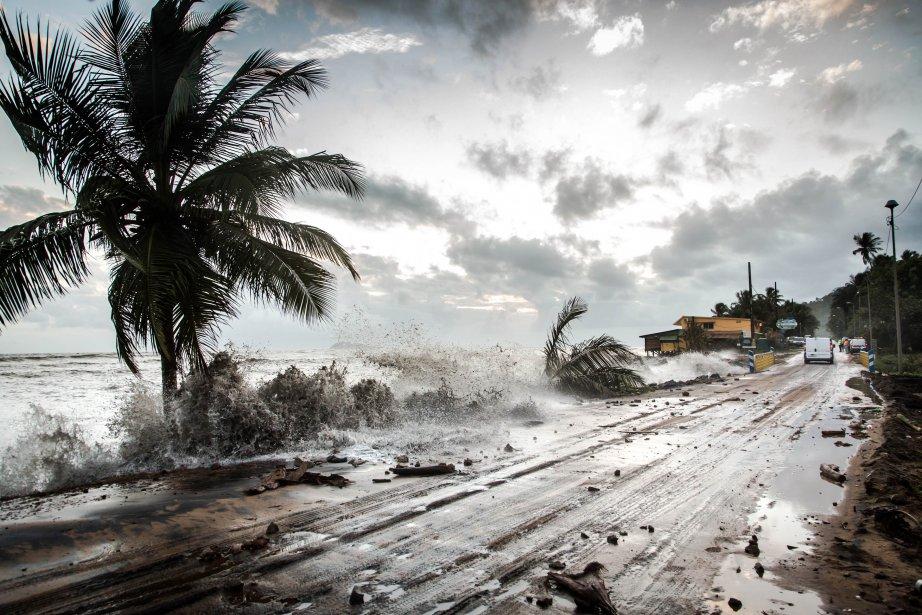 Des vagues atteignent la route le long de la mer, près de Cayenne. La côte de la Guyane a été mise en «alerte rouge». Plusieurs maisons de Rmire-Montjoly (à 10 km de Cayenne) ont été endommagées par de fortes marées, a déclaré la préfecture de la Guyane dans un communiqué. | 16 janvier 2013
