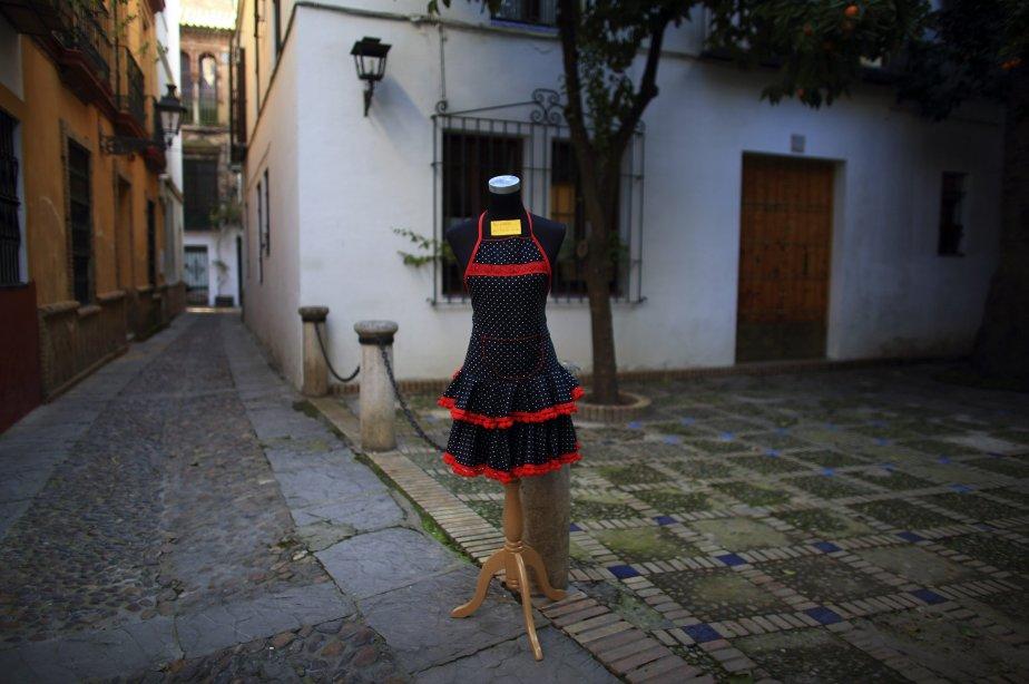 Un tablier en réclame devant une boutique de souvenirs à Séville, en Espagne, où les coûts d'emprunts sont repartis à la baisse. | 16 janvier 2013