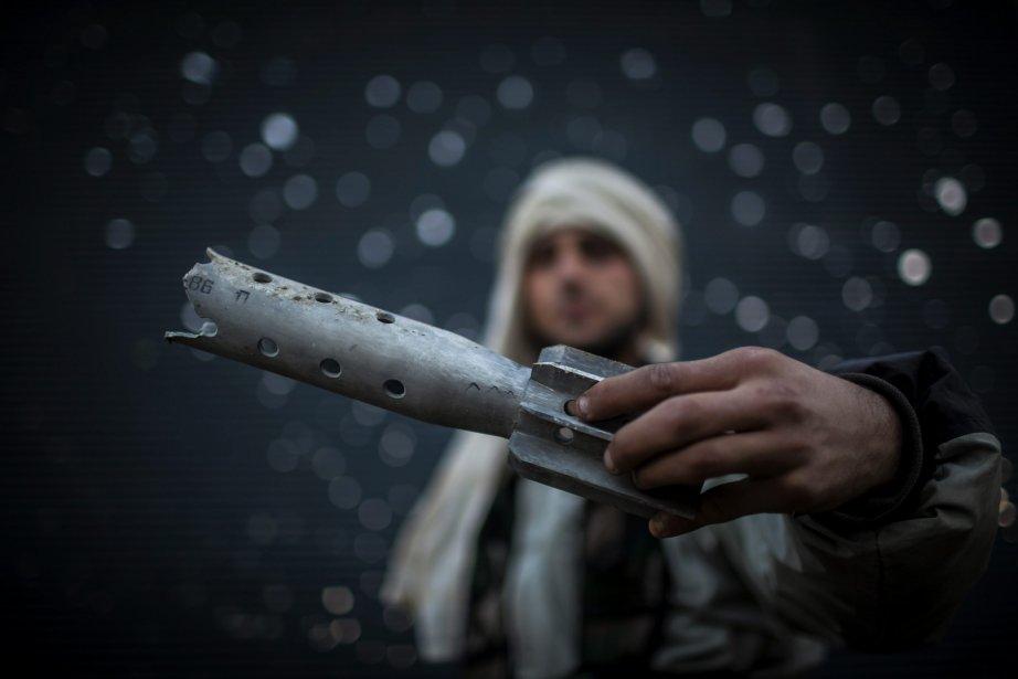 Un combattant de l'Armée syrienne libre montre une pièce d'artillerie endommagée à Alep, en Syrie. Deux explosions ont frappé la principale université de la ville, causant un nombre indéterminé de victimes, selon les médias d'État et des groupes anti-gouvernementaux. | 16 janvier 2013