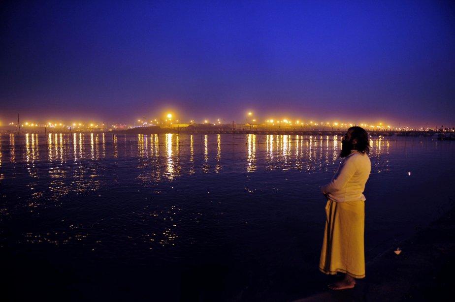 Un indien sadhu - homme saint - fait la prière du soir au bord du Gange, lors de la Maha Kumbh Mela, à Allahabad. | 16 janvier 2013