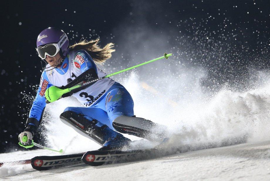 La Slovaque Tina Maze au premier tour du slalom féminin de nuit à la Coupe du monde de ski alpin 2013 à Flachau, en Autriche. | 16 janvier 2013
