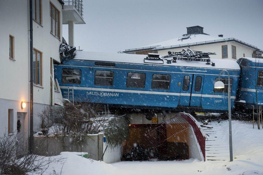 Un train local volé par une femme de ménage a déraillé et heurté un immeuble résidentiel à Saltsjoebaden, en Suède. | 16 janvier 2013