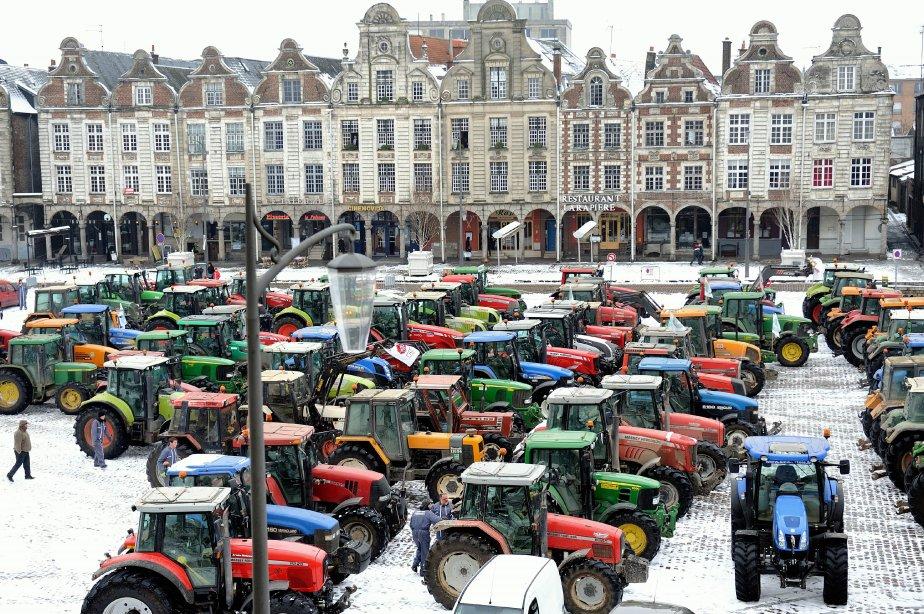 Sur la grande place d'Arras, dans le nord de la France, des agriculteurs manifestent contre les pressions qui menacent leurs activités. | 16 janvier 2013