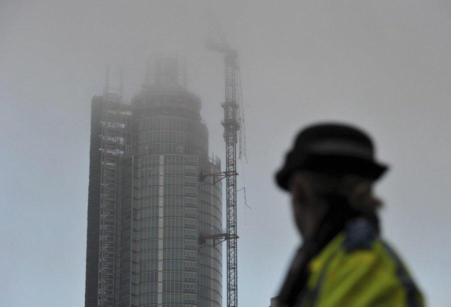 Un hélicoptère a heurté une grue et s'est écrasé dans le centre-ville de Londres, le 16 janvier, coûtant la vie au pilote et à une personne au sol. Treize autres personnes ont été blessées. Le pilote avait demandé la permission de se poser au London Heliport en raison du mauvais temps. Des témoins affirment que l'hélicoptère a heurté la grue qui se trouve au sommet du St. George Wharf Tower, un édifice résidentiel de 50 étages. | 16 janvier 2013