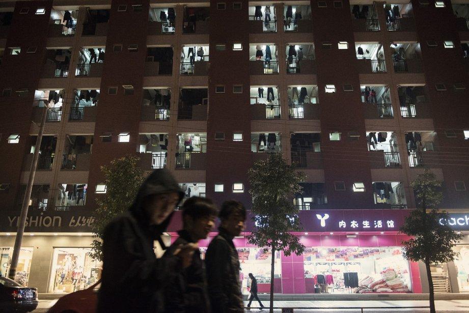 Des employés de Foxconn passent devant un des dortoirs. | 17 janvier 2013