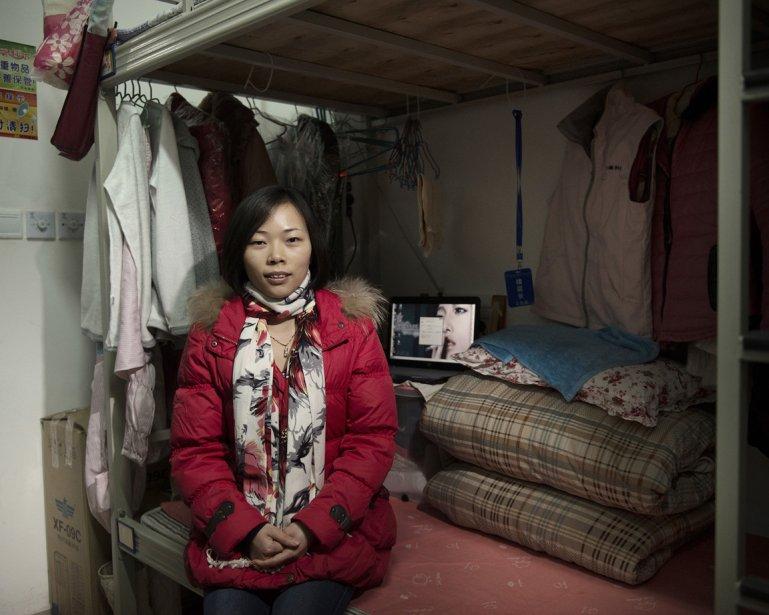 Pu Xiaolan, 26 ans, préposés au contrôle de la qualité de la chaine de production du  iPad, parmi ses effets personnels dans sa chambre de dortoir qu'elle partage avec ses collègues. | 17 janvier 2013