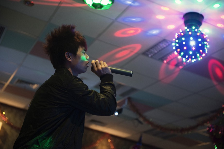 Heure du karaoké dans la salle commune d'un des dortoirs pour employés à Chongquing. | 17 janvier 2013