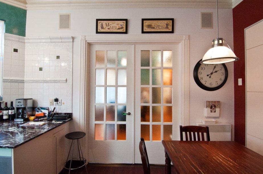Des portes aux carreaux muticolores dynamisent la cuisine tout en la séparant de la salle à manger adjacente, plus grande. | 17 janvier 2013