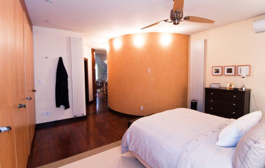 La chambre principale contient un mur entier de rangement. Un faux fini imitant le stuc des palais vénitiens colore le mur opposé. | 17 janvier 2013