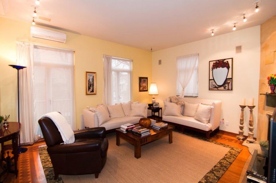 Le séjour donne sur une cour aménagée à l'angle d'une rue sans issue perpendiculaire au 234, avenue Metcalfe. | 17 janvier 2013