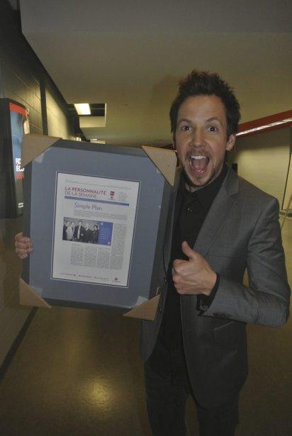 Après avoir gagné le prix de Personnalité de l'année 2012 en compagnie des autres membres du groupe Simple Plan, le chanteur Pierre Bouvier est reparti fièrement avec son trophée et une copie encadrée de l'article qui avait sacré le groupe Personnalité de la semaine en avril dernier. (Photo: Herby Moreau, La Presse)