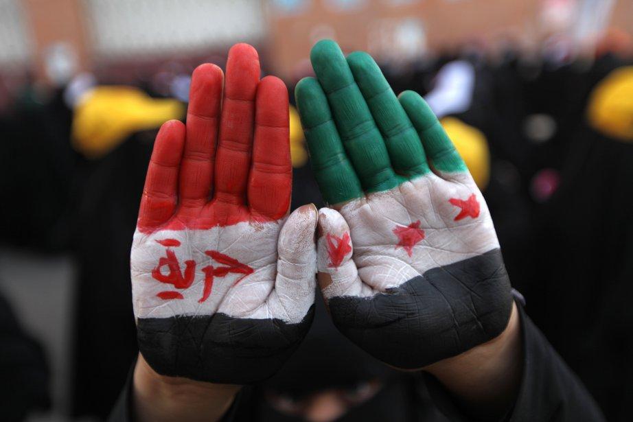 Un manifestant pro-démocratie montre ses mains peintes au couleurs nationales... | 2013-01-18 00:00:00.000